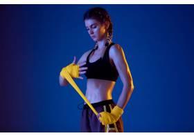 运动服拳击的适合白种人妇女在蓝色演播室背_17248164