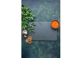 顶视图未加工的橙色扁豆用在深蓝背景的大蒜_17231564