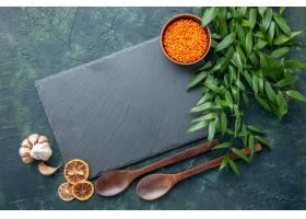 顶视图未加工的橙色扁豆用在深蓝背景的大蒜_17231574
