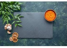 顶视图未加工的橙色扁豆用在深蓝背景的大蒜_17231579