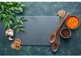 顶视图未加工的橙色扁豆用大蒜和胡椒在深蓝_17231559