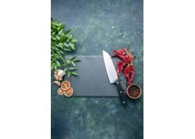 顶视图红色干胡椒用在深蓝背景的大蒜_17231614
