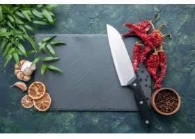 顶视图红色干胡椒用在深蓝背景的大蒜_17231622