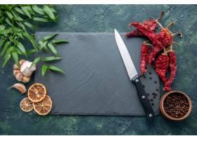 顶视图红色干胡椒用在深蓝背景的大蒜_17231627