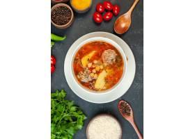 顶视图美味的肉汤用绿色和调味料在黑暗的背_17231681