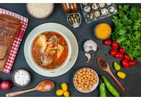 顶视图美味的肉汤由土豆和豆子组成在黑暗的_17231595