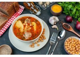 顶视图美味的肉汤由土豆和豆子组成在黑暗的_17231600