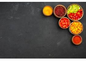 顶视图与不同的调味料的切的胡椒在灰色背景_13577999