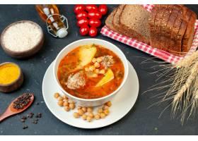 顶视图可口肉汤在黑暗的背景的土豆和肉组成_17231228