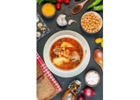 顶视图可口肉汤在黑暗的背景的土豆肉和豆组_17231257