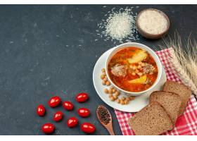 顶视图可口肉汤用面包和蕃茄在黑暗的背景_17231267