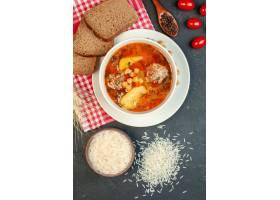 顶视图可口肉汤用面包和蕃茄在黑暗的背景_17231273