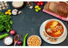 顶视图可口肉汤由土豆豆和肉组成在黑暗的背_17231242