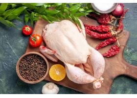 顶视图新鲜的未加工的鸡用在深蓝色背景厨房_17232046