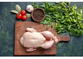 顶视图新鲜的未加工的鸡用在深蓝色背景厨房_17232076
