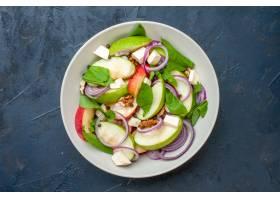 顶视图新鲜的苹果沙拉在碗深蓝背景_17231360
