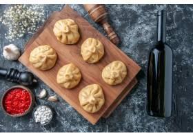 顶视图未加工的小的饺子用在灰色背景的肉_17231241