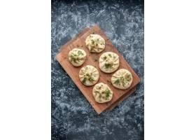 顶视图未加工的小的饺子用在灰色背景的肉_17231246