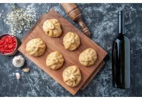 顶视图未加工的小的饺子用在灰色背景的肉_17231380