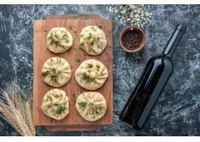 顶视图未加工的小的饺子用在灰色背景的肉_17231394