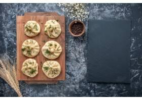 顶视图未加工的小的饺子用在灰色背景的肉_17231398