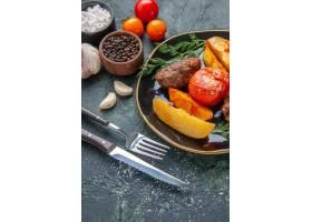 美味的肉炸肉排正面图烘烤用土豆和蕃茄在黑_17246872