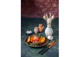 肉炸肉排顶视图烘烤用土豆和蕃茄服务与绿色_17247544