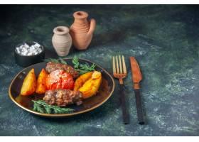肉炸肉排顶视图烘烤用土豆和蕃茄服务与绿色_17247550
