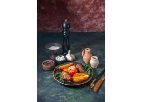 肉炸肉排顶视图烘烤用土豆和蕃茄服务与绿色_17247556