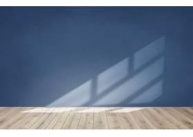 蓝色墙壁在有木地板的一个空的室_3740507