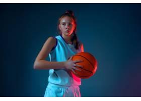 蓝色演播室背景的年轻白种人女性蓝球运动员_17248150