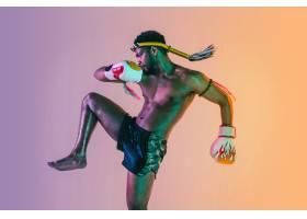 行使泰国拳击的年轻人在霓虹灯的梯度背景_17247987