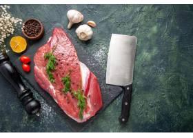 绿色顶上的看法在新鲜的红色生肉的在切板和_17247225