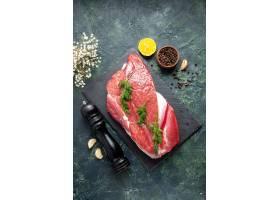 绿色顶上的看法在新鲜的红色生肉的在切板和_17247231