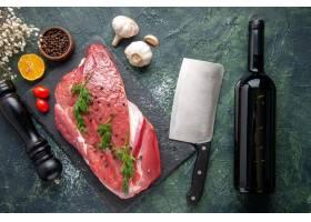 绿色顶上的看法在新鲜的红色生肉的在切板和_17247236