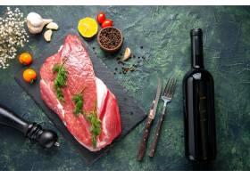 绿色顶上的看法在新鲜的红色生肉的在切板和_17247242