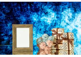 正面图空的画框情人节礼物在蓝色抽象背景自_17231722