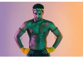 泰拳行使泰国拳击的年轻人在霓虹灯的梯度_17247994
