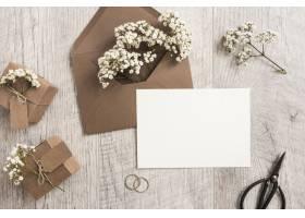 棕色信封与婴儿的呼吸花礼品盒结婚戒指_3453325
