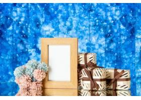 正面图空白的画框假日礼物在蓝色抽象背景的_17231550