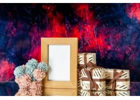 正面图空白的画框情人节礼物在深红抽象背景_17231585