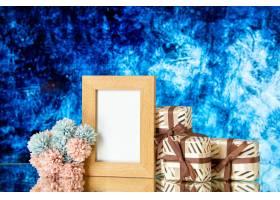 正面图空白的画框情人节礼物在深蓝抽象背景_17231580