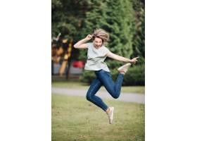 年轻白种人女性的图片与在蓝色T恤杉牛仔_17566889