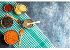 晚餐背景顶视图用不同的香料黄色豌豆在绿色_14926762