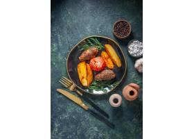 在肉炸肉排的看法烘烤用土豆和蕃茄服务与绿_17243341