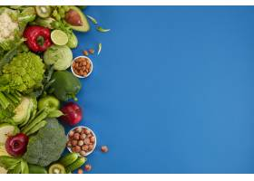 在蓝色背景的健康食物盘卫生集包括蔬菜_14227098
