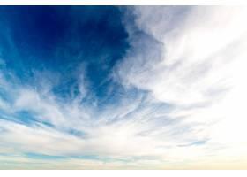 低角度射击白色云彩在清楚的蓝天_15036418