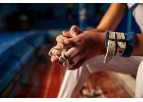 关闭体操运动员训练的手在健身房灵活和活_17248243