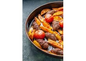 半射击可口肉炸肉排烘烤用土豆和蕃茄在绿色_17247078