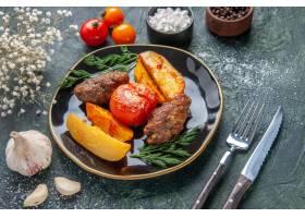 可口肉炸肉排正面图烘烤了用土豆和蕃茄在黑_17246889